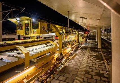 Der große Schnellumbauzug verlegt am Bahnhof Mürzzuschlag Gleise