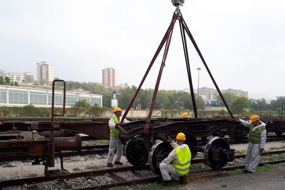 Am neuen Wartungsstützpunkt können sogar Radachsen von Güterwagen getauscht werden. / Even freight car wheel axles can be replaced at the new maintenance base.