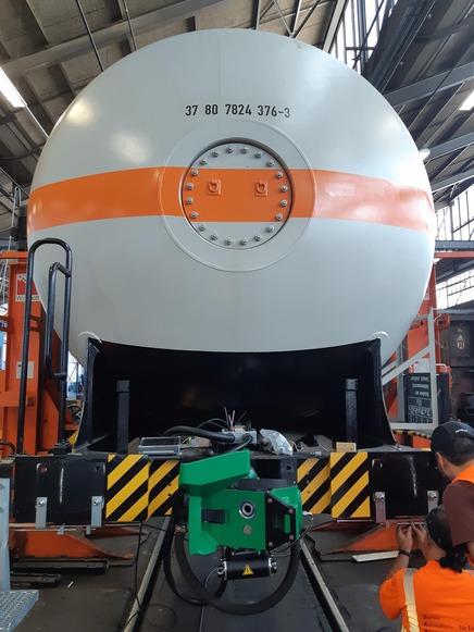 Einbau einer DAK der Firma Faiveley Transport in einen Zags Kesselwagen. I Installation of a DAC of the company Faiveley Transport in a Zags tank wagon.