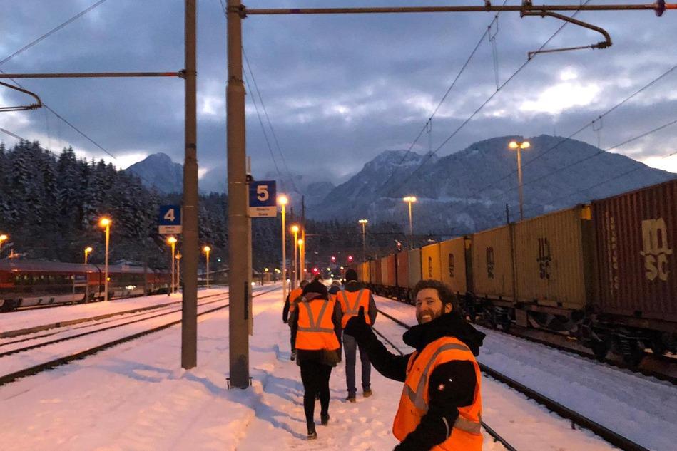 Umgeben von Bergen wurden am Bahnhof Tarvisio/Boscoverde sämtliche Prozesse einer Zugübergabe genau beobachtet.<br/>Surrounded by mountains, all train handover processes were closely observed at Tarvisio/Boscoverde station.