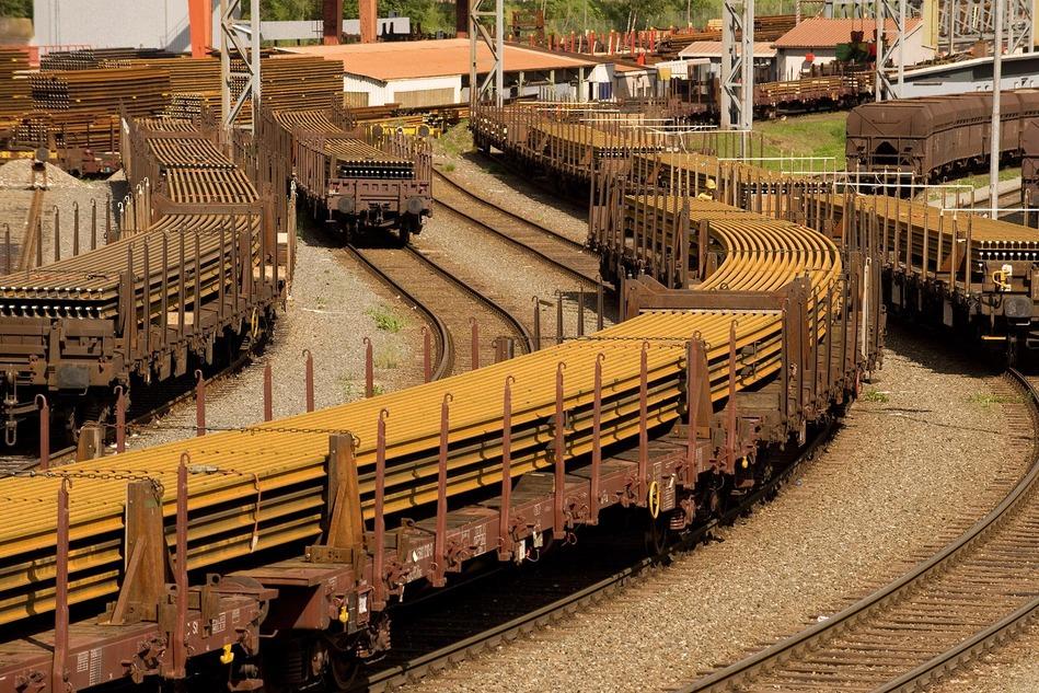 Geschmeidig wie ein Regenwurm schlängelt sich der Langschienentransport von Österreich nach Ungarn. 120 Meter lange Schienen wiegen ca. 6,5 Tonnen.