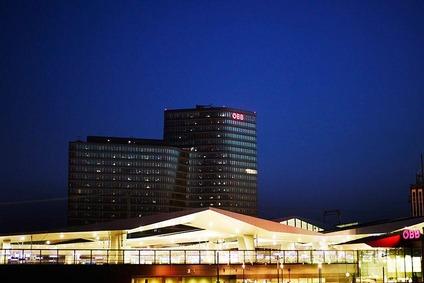 Blick auf Hauptbahnhof Wien und ÖBB-Unternehmenszentrale in der Nacht