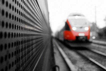 fahrender Zug mit Lärmschutzwand