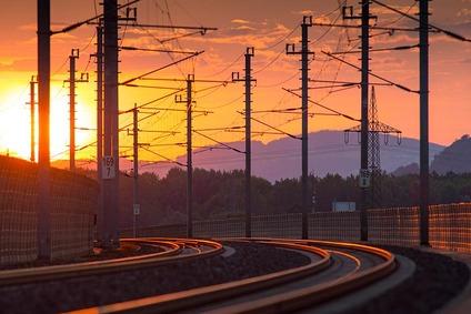 Gleisbogen mit Bahnstromanlagen im Abendrot