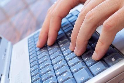 Hände an Tastatur