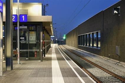 Bahnsteig am Bahnhof Hennersdorf in der Nacht