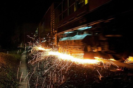 Nachtaufnahme, Funkenflug des Schienenschleifzugs