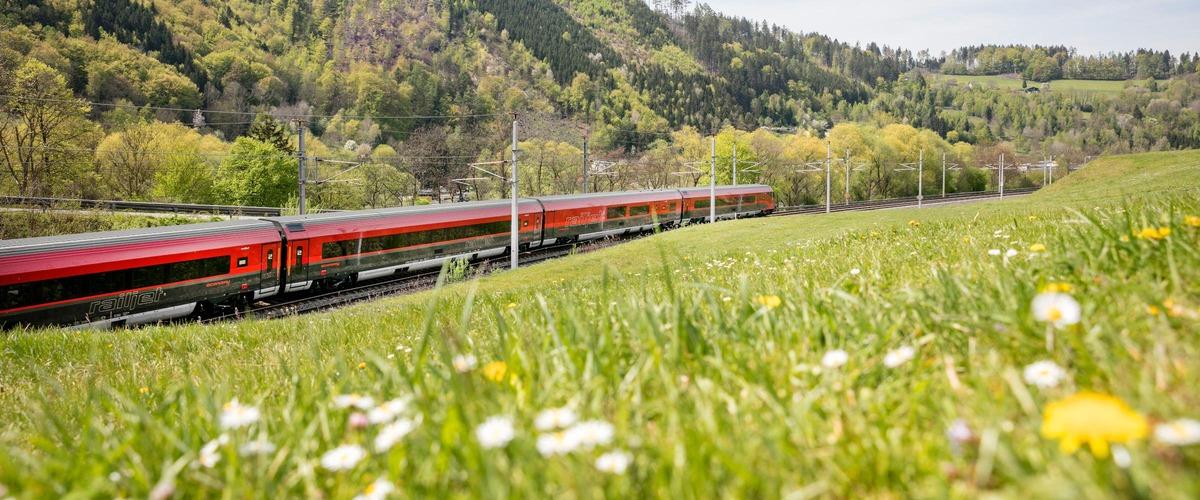 Railjet in Landschaft