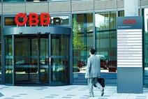 Mann am Weg zum Eingang der ÖBB-Unternehmenszentrale