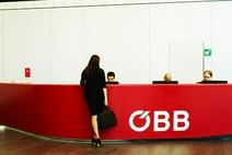 Frau steht vorm Empfangspult in der Lobby der ÖBB-Unternehmenszentrale
