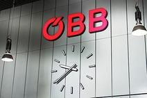 Bahnhofsuhr, darüber ÖBB-Logo