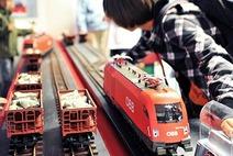 Kind spielt mit einem Model-Railjet