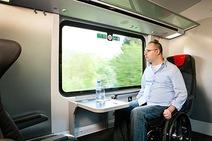 Mann mit Rollstuhl im Railjet