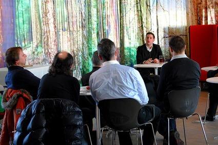 TeilnehmerInnen, die dem Vortragenden zuhören