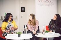 3 Frauen, die in der Runde diskutieren