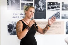 Julia Scherzer war eine der Lehrlinge, die im Zuge der Aufarbeitung der Unternehmensgeschichte mit Zeitzeugen gesprochen hat