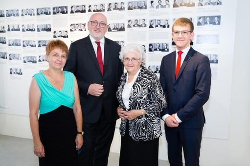 CEO Matthä gemeinsam mit der ehemaligen ÖBB Mitarbeiterin Elfriede Strasser, deren Vater einer der vielen Widerstandsopfer des Nazi-Regimes geworden ist