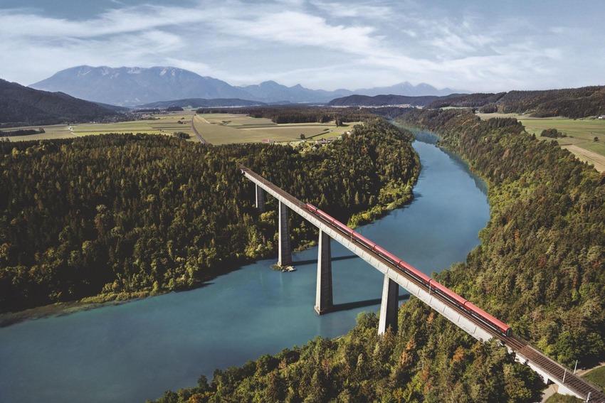 Luftbild Railjet fährt über Brücke