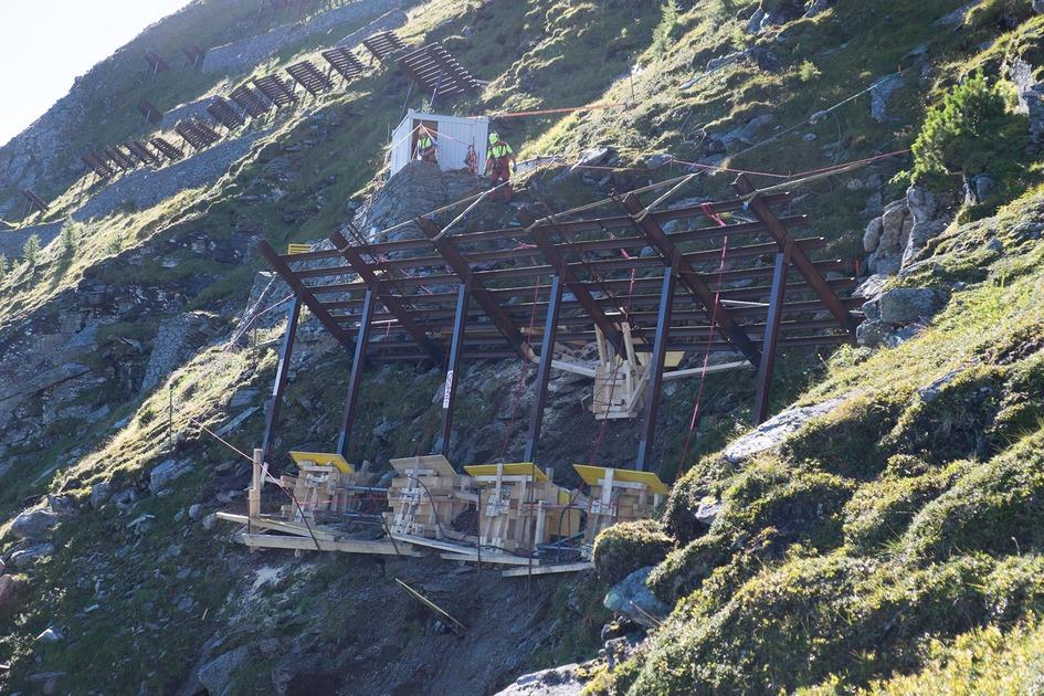 Bis zum 17. Dezember 2021 führt die ÖBB-Infrastruktur AG wichtige Bauarbeiten zum Schutz der Arlbergbahnstrecke vor Naturgefahren in den Gemeindegebieten von Innerbraz und Dalaas durch.