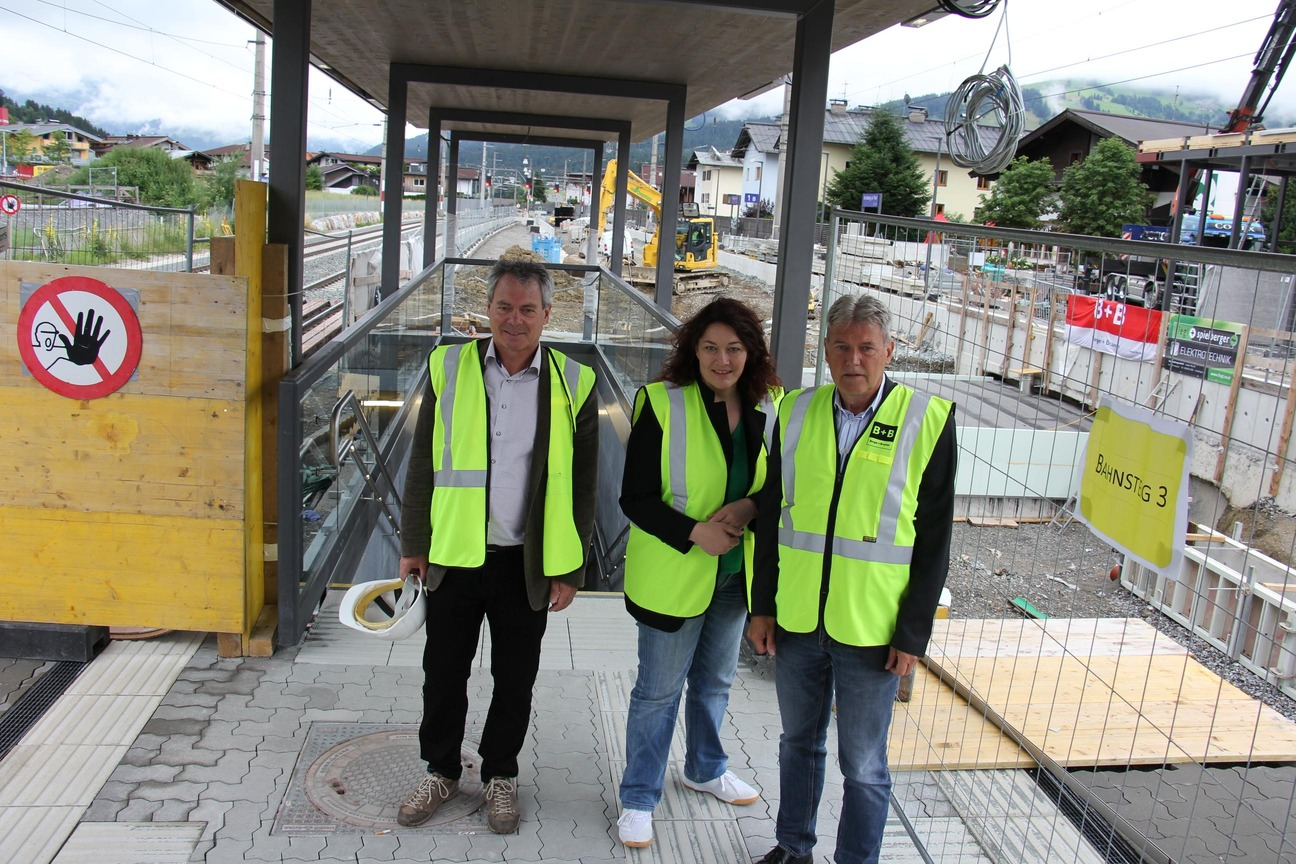 Christian Wieser, Ingrid Felipe und Helmut Berger (v.l.) auf der Baustelle des neuen Bahnhofs Kirchberg