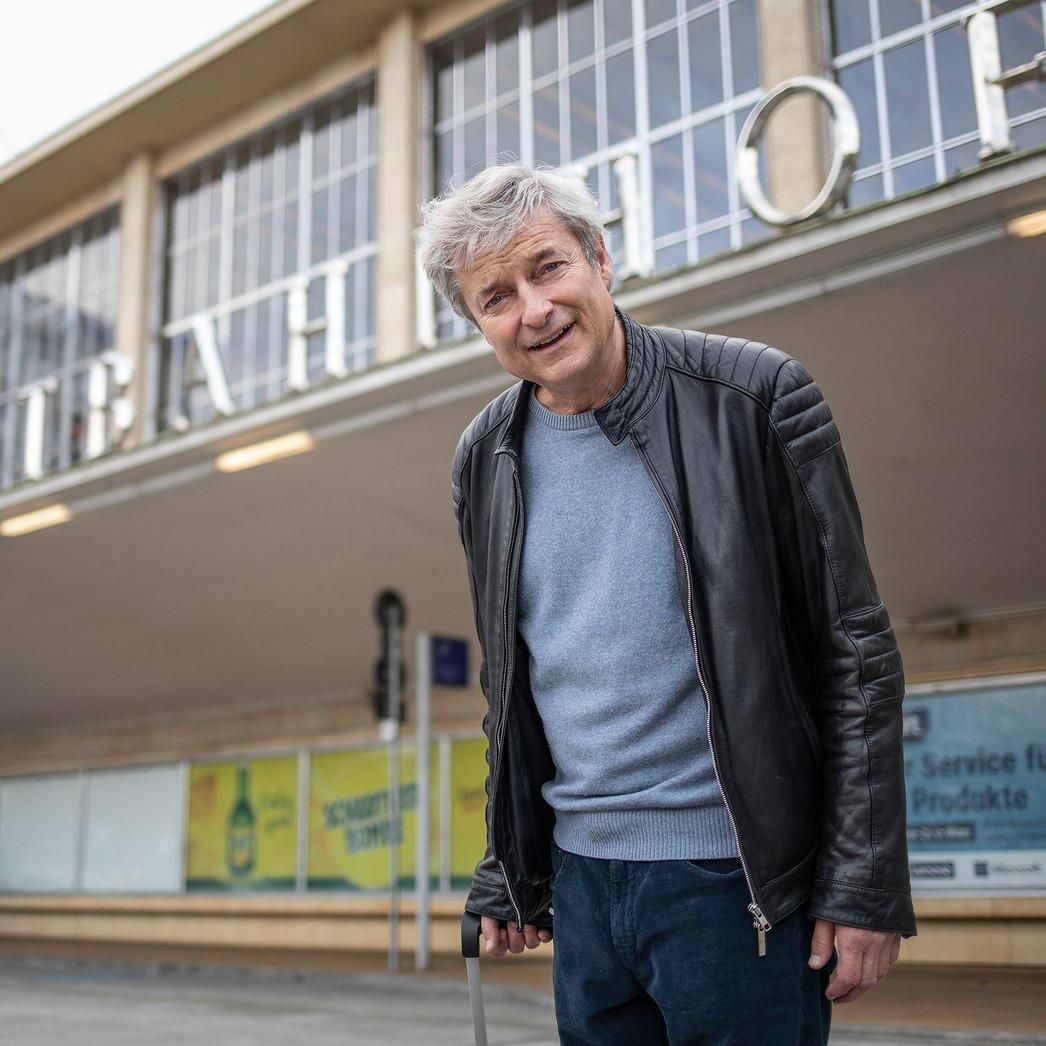 Alfred Dorfer vor dem Westbahnhof, Shooting für das Mitarbeitermagazin ÖBB bewegt 05/2020