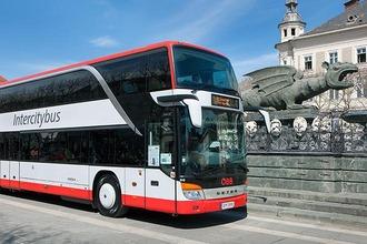 Intercitybus in Klagenfurt vor dem Lindwurm