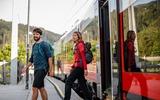 2 Wanderer steigen aus einem Zug
