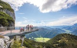 Familie auf der Aussichtsplattform Steinplatte