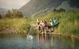 Familie an einem Bergsee