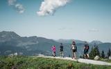 Familie wandert in der Region Zillertal
