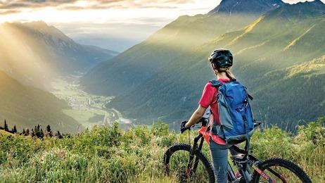 Radfahrerin blickt ins Tal