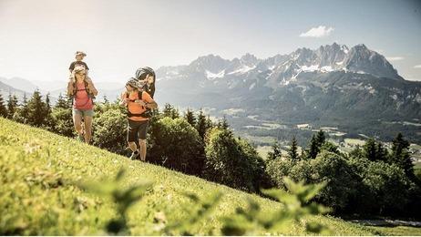 Familie am Berg in St. Johann in Tirol