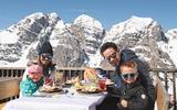 Tiroler Schmankerln auf der Sonnenterrasse des Panorama Restaurant Kreuzjoch