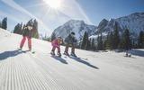 skifahrende Familie in der Tiroler Zugspitz Arena