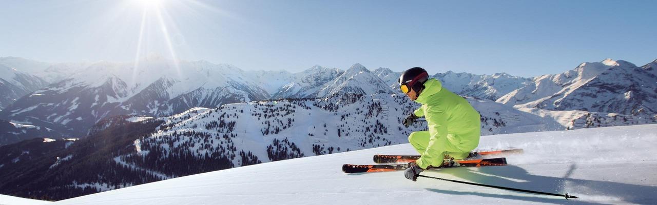 1 Skifahrer auf der Piste im Zillertal