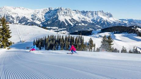 2 Skifahrer von hinten in der SkiWelt Wilder Kaiser - Brixental