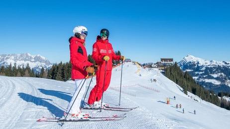 2 Skifahrer stehend in Kitzbühel