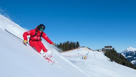 1 Skifahrer im Tiefschnee in Kitzbühel