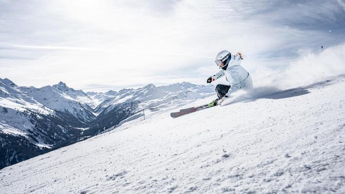 1 Skifahrerin auf der Piste in der Region St. Anton
