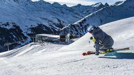 1 Skifahrer vor der Bergstation der Galzigbahn