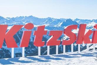 Logo KitzSki vor Bergpanorama