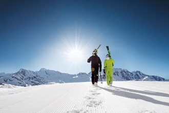 2 Skifahrer gehend von hinten im Zillertal