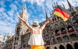 Vrouw uit München voor het stadhuis