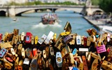 Liefdessloten op een brug over de Seine