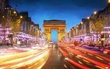 De triomfboog 's nachts met vage lichten van het wegverkeer
