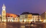 Hauptplatz in Bratislava bei Nacht