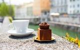 Traditioneller Schlosskuchen mit Kaffee
