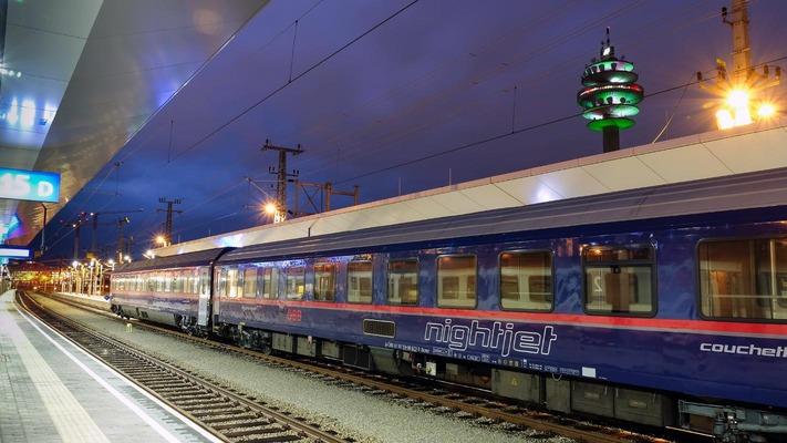 Nightjet 's nachts op het treinstation