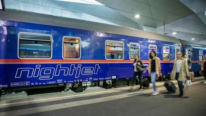 Nightjet am Bahnsteig mit Fahrgästen