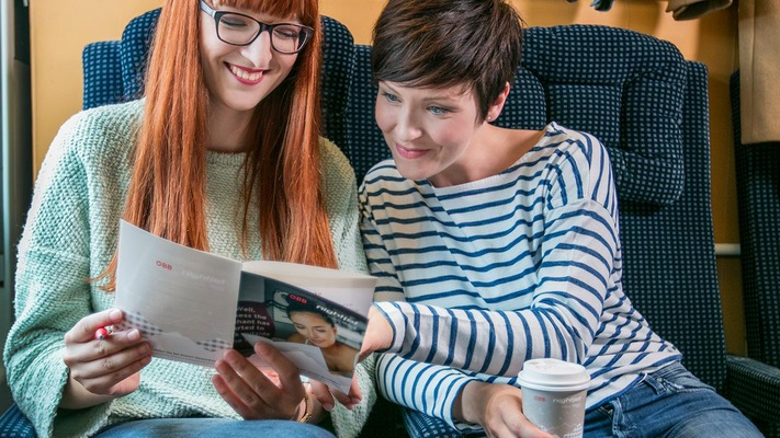 Jugendliche Mädchen im Sitzwagen